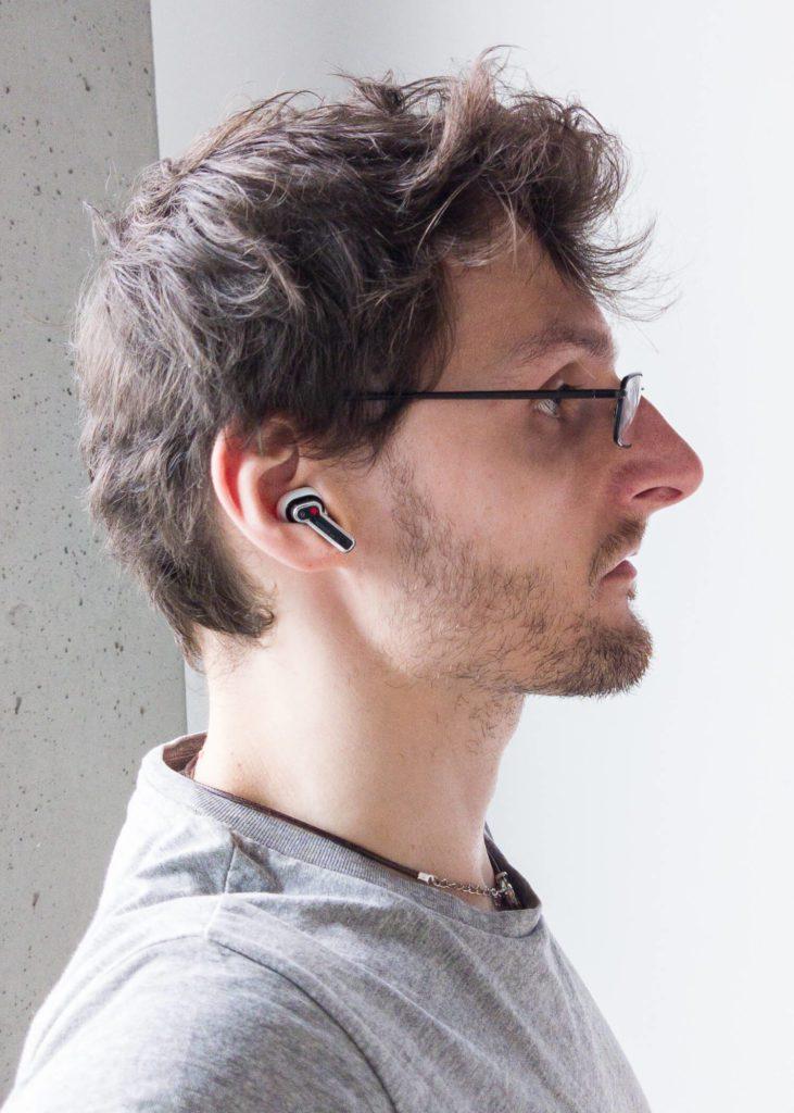 Prawa słuchawka w uchu nothing ear (1)