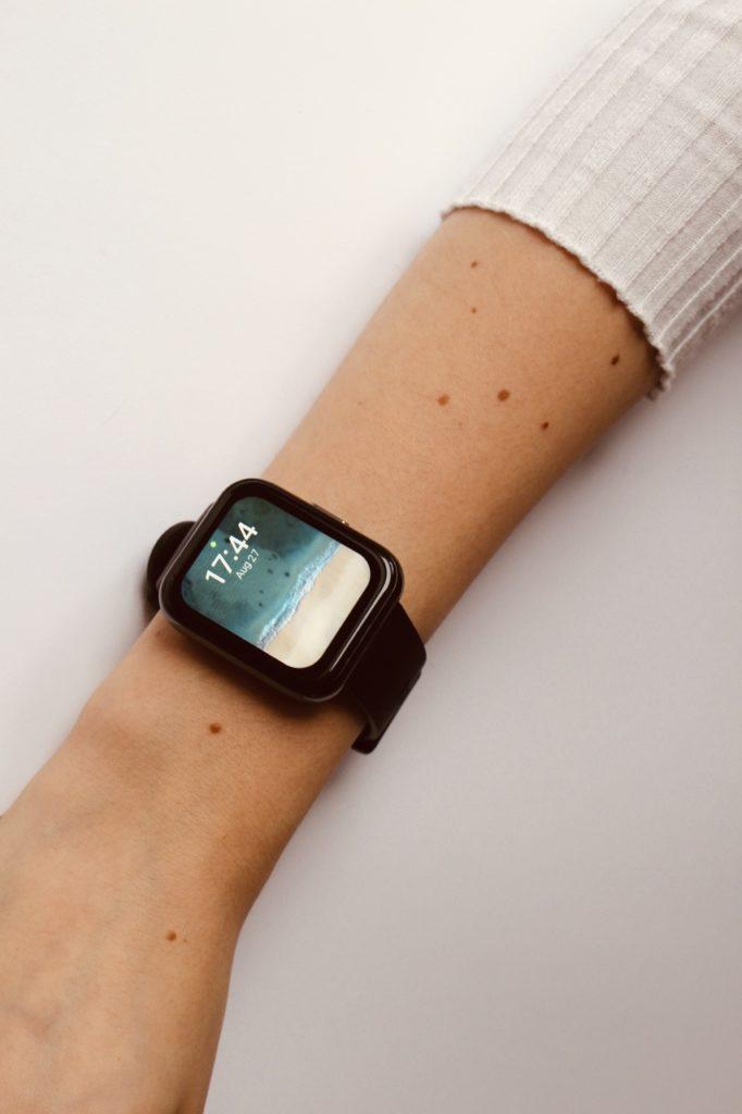 realme Watch 2 Pro wygląd wygląd na koniecym nadgarstku