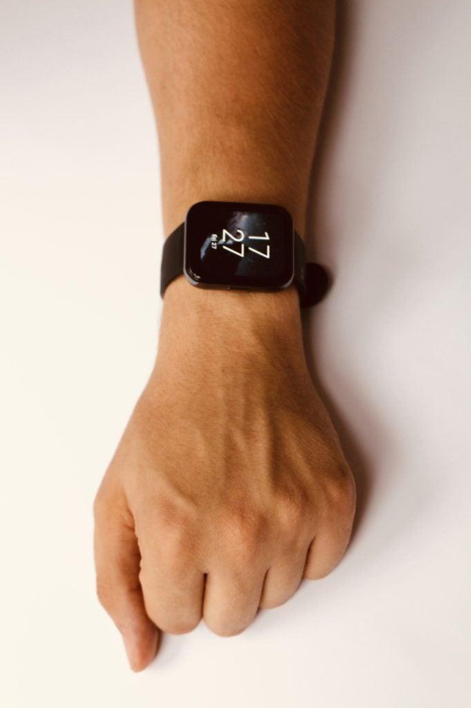 realme Watch 2 Pro wygląd na męskim nadgarstku