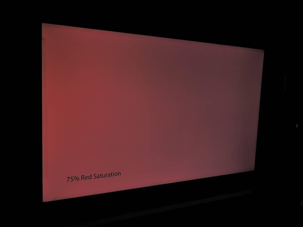 plansza nasyconej w 75% czerwieni widziana pod kątem TCL 65p815