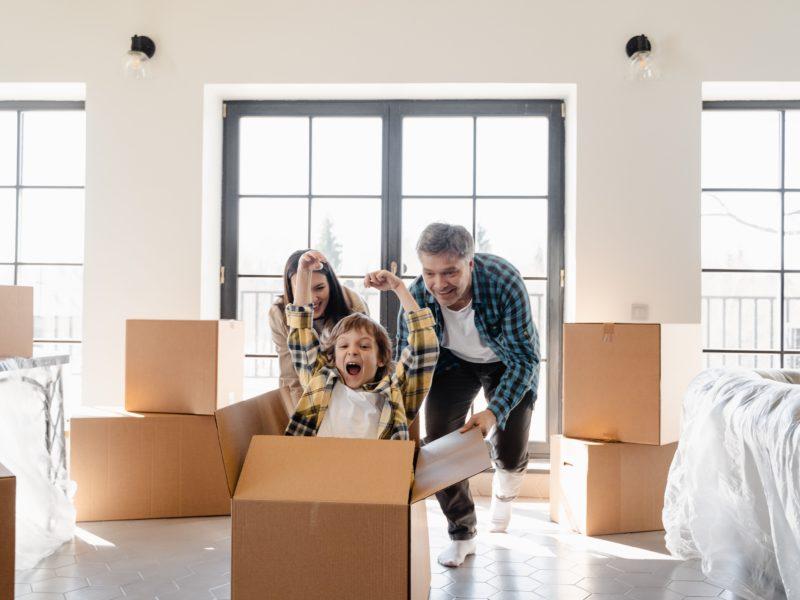 Prezent na nowe mieszkanie. Co się sprawdzi na pierwszą wizytę w nowym domu?