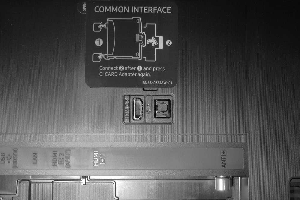 tylna ściana telewizora samsung 43au8002 ze złączami i common interface