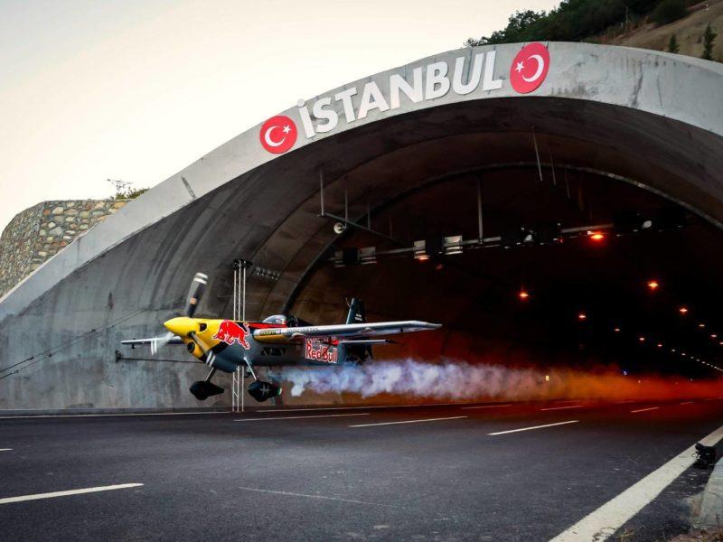 Dario Costa z Red Bull przelatuje przez dwa tunele samochodowe