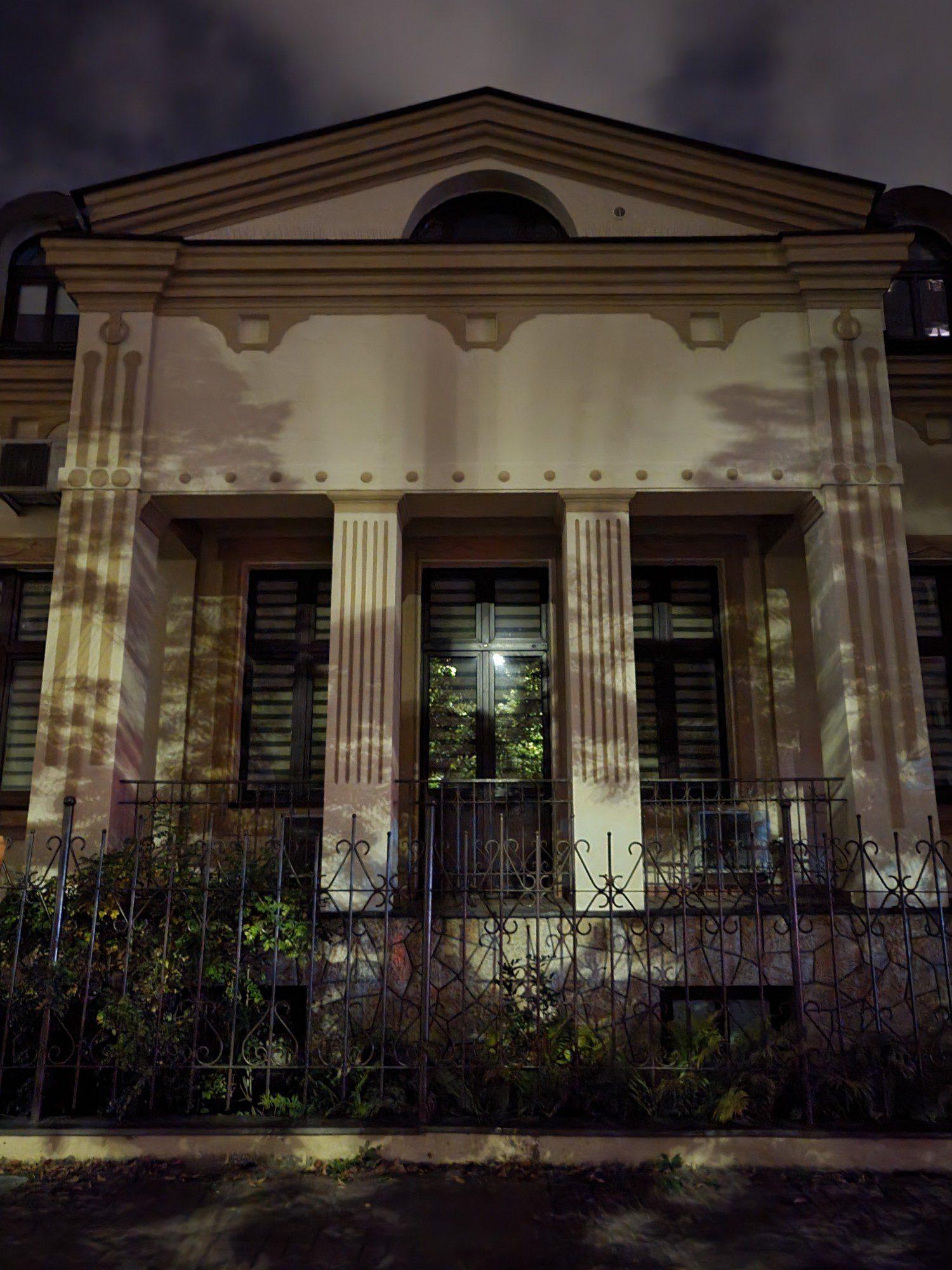budynek w trybie nocnym