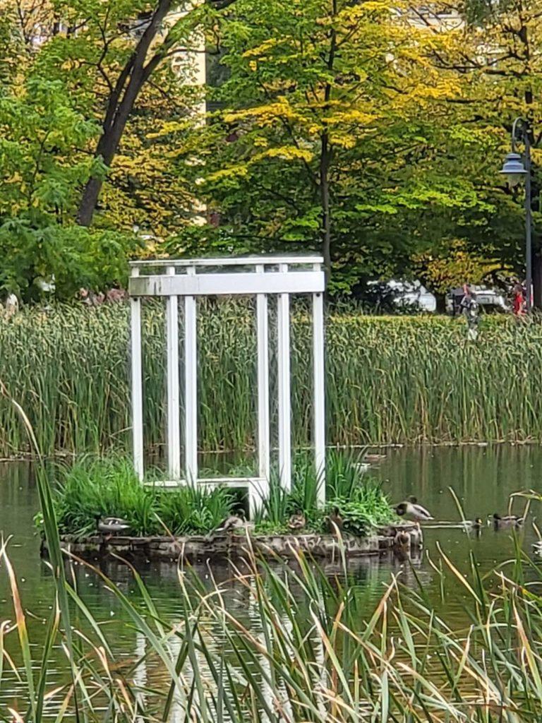 Galaxy Z Fold 3 zbliżenie 10x budka w parku