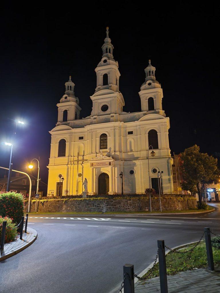 Galaxy Z Fold 3 tryb nocny główny kościół