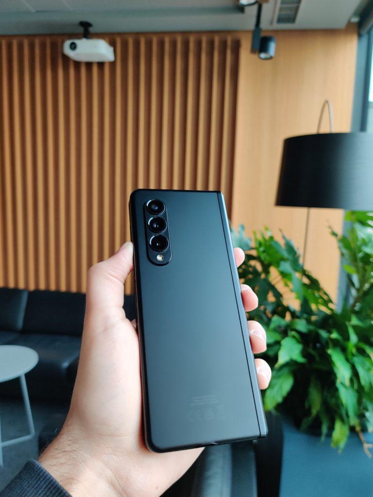Galaxy Z Fold 3 tył w ręce