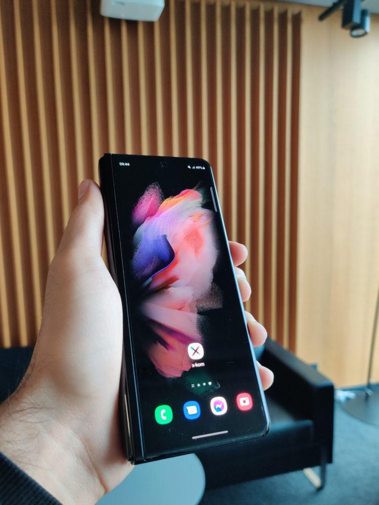 Galaxy Z Fold 3 złożony w ręce