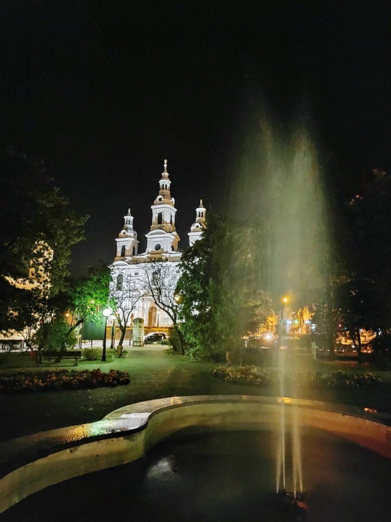 Motorola Edge 20 Pro nocny fontanna i kościół