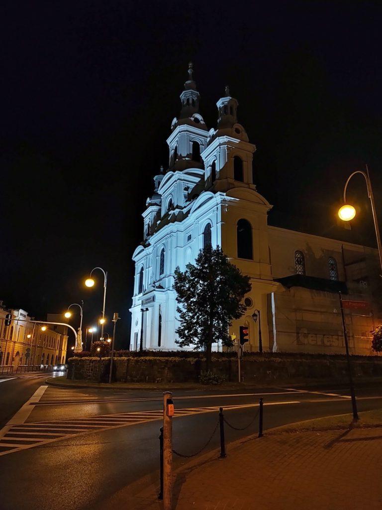 Motorola Edge 20 Pro nocny kościół i ulica