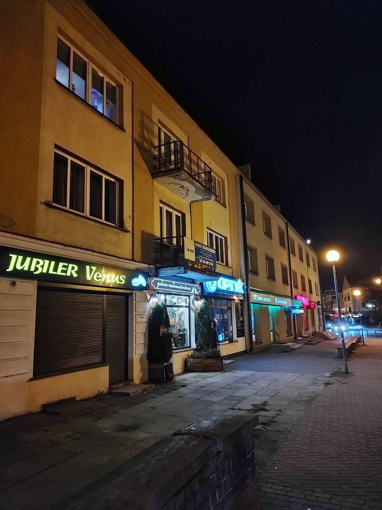 Motorola Edge 20 Pro nocny neony na ulicy
