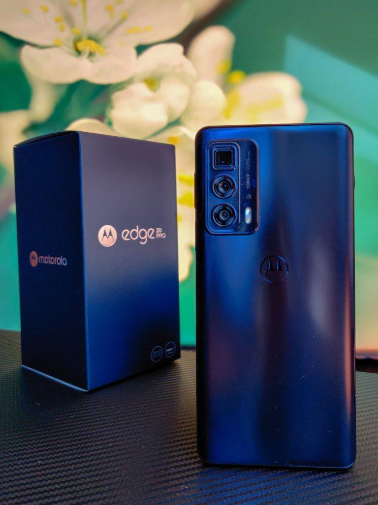 Motorola Edge 20 Pro tył i pudełko na tle