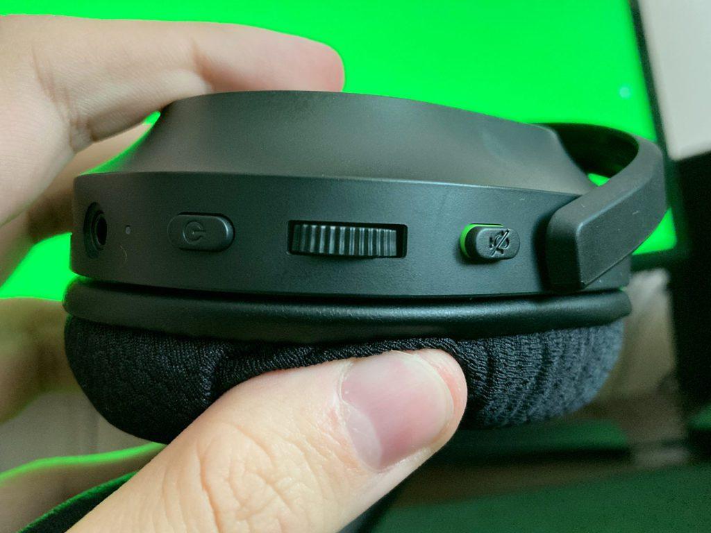 przycisk zasilania regulacja głośności i przycisk wyciszania mikrofonu na słuchawkach razer barracuda x