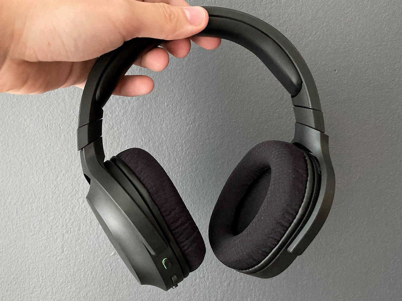 słuchawki razer barracuda x w dłoni