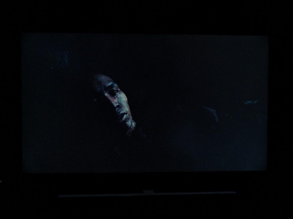twarz mężczyzny, dookoła ciemność