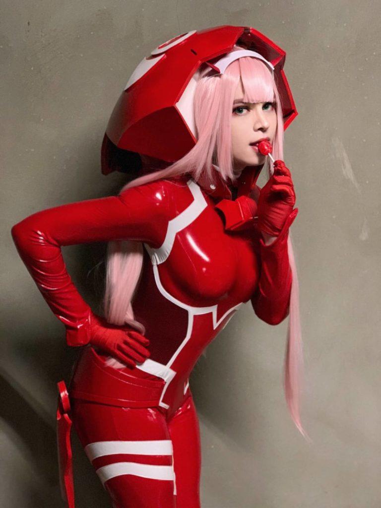 sneaky cosplay zero two