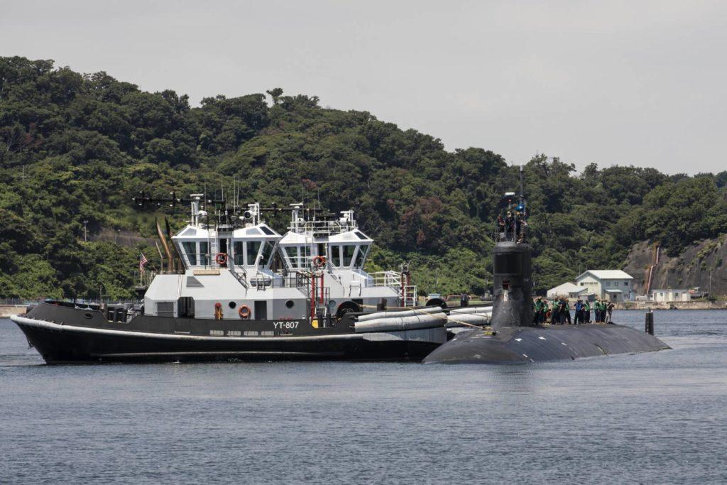 USS Connecticut z holownikami
