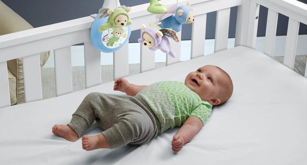 dziecko leży w łóżeczku