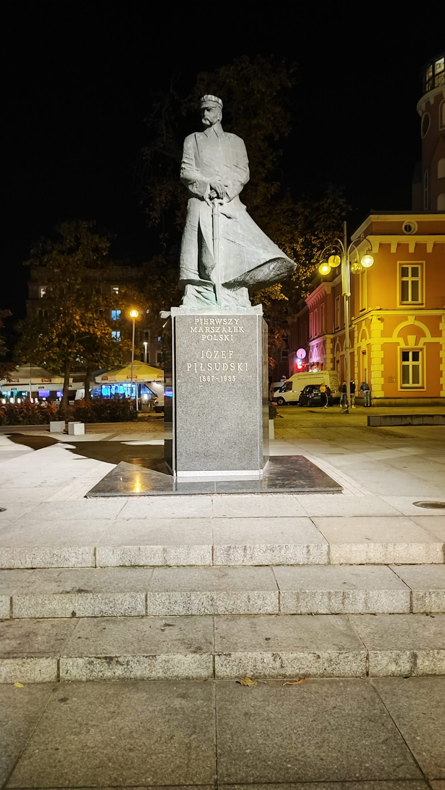 xiaomi 11t pro zdjęcie nocne pomnika