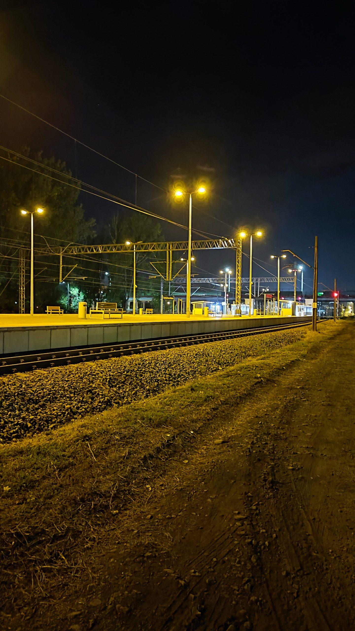 xiaomi-11t-pro-zdjecie-nocne-stacji-kolejowej